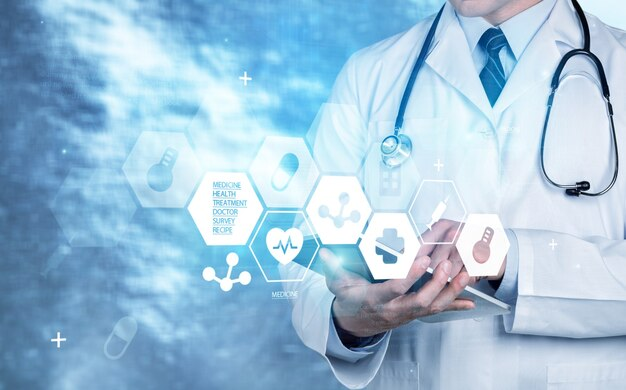 Lekarz medycyny z cyfrowym tabletem, koncepcja sieci medycznej