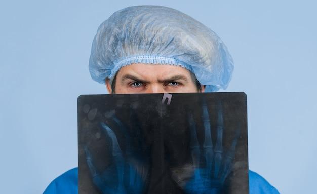 Lekarz medycyny z prześwietleniem. opieka zdrowotna. medycyna. kości rentgenowskie. zdjęcie rentgenowskie dłoni. rentgen.