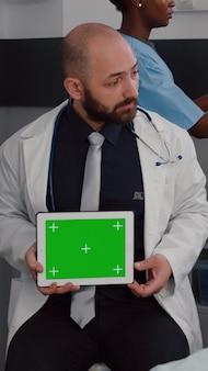 Lekarz medyk konsultujący chorego pacjenta podczas wizyty lekarskiej na oddziale szpitalnym