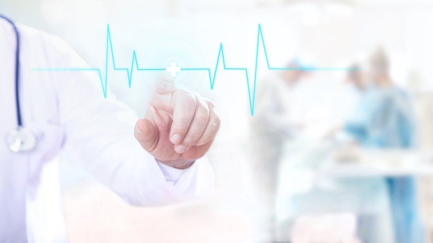 Lekarz mężczyzna dotyka cyfrowego przezroczystego ekranu z rytmem pulsu.