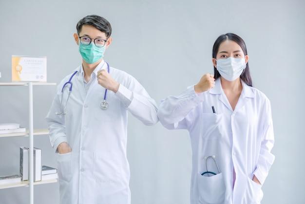 Lekarz mężczyzna i kobieta lekarz