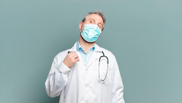 Lekarz mężczyzna w średnim wieku z maską ochronną