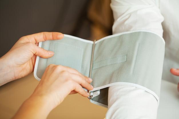 Lekarz mierzy ciśnienie pacjenta w klinice