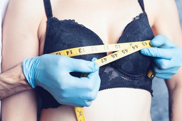 Lekarz mierzy klatkę piersiową taśmą