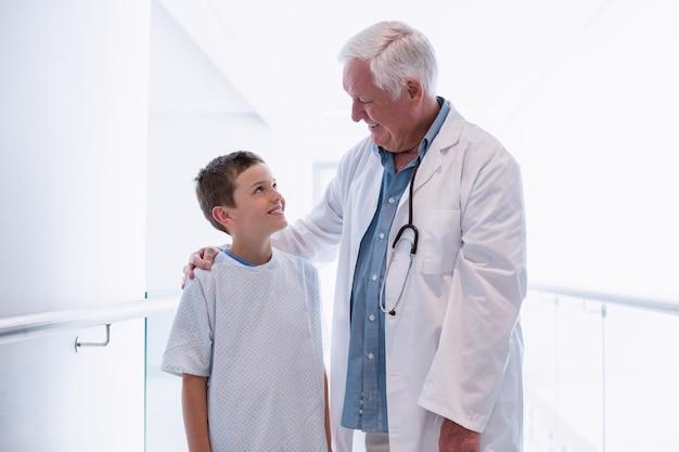 Lekarz mówi do chłopca pacjenta