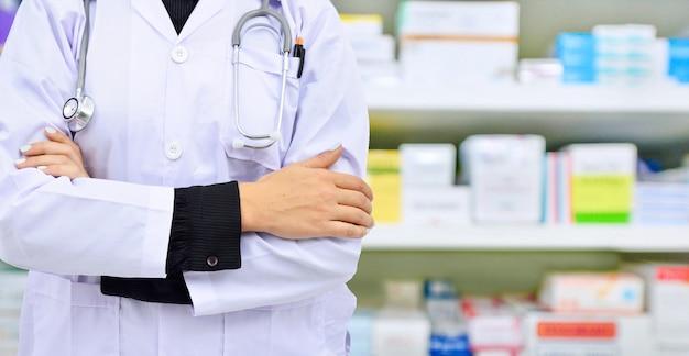 Lekarz na półce z lekami