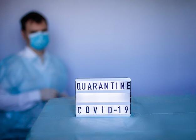 Lekarz noszący maskę do oddychania i rękawiczki medyczne w pobliżu powiadomienia o coronavirusie