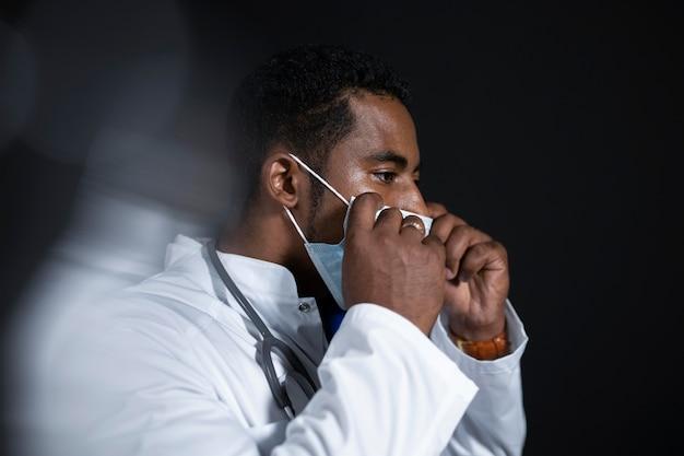 Lekarz noszący maskę na twarz