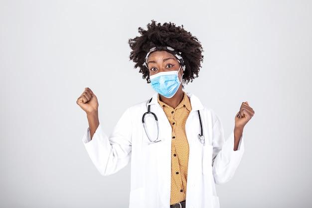 Lekarz noszący ochronną maskę na twarz i bezpieczeństwo, ulga po zakończeniu globalnej
