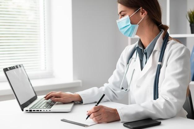 Lekarz noszenie maski na twarz w klinice