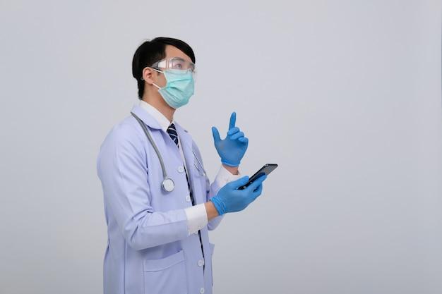 Lekarz noszenie maski ze smartfonem i stethoscop