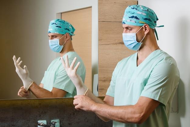 Lekarz obserwuje dłonie ze sterylnymi rękawiczkami medycznymi na rękach, aby chronić przed pandemią koronawirusa covid 19 w chinach