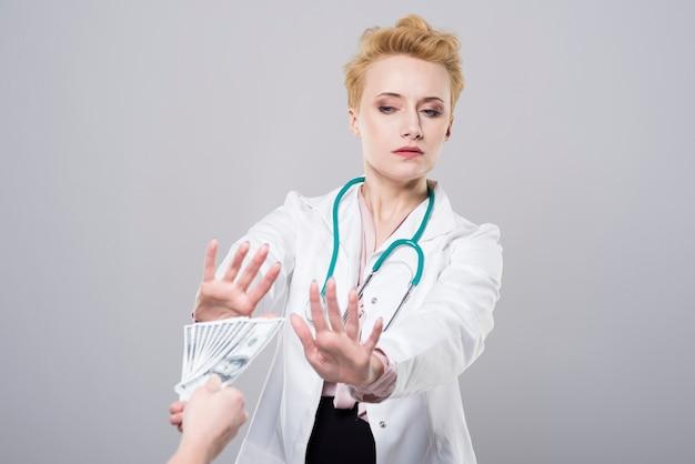 Lekarz odmawia przyjęcia łapówki