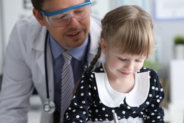Lekarz odwiedzający dziecko