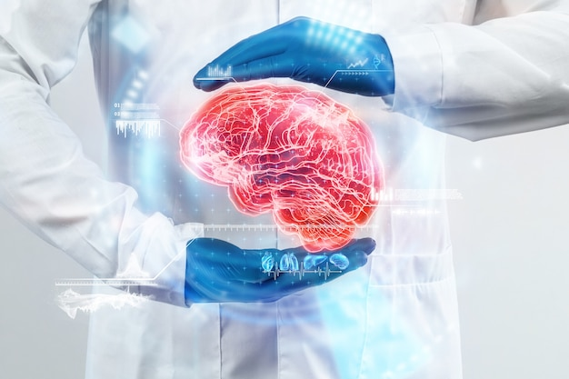 Lekarz ogląda hologram mózgu, sprawdza wynik badania na wirtualnym interfejsie i analizuje dane. choroba alzheimera, demencja mózgu, innowacyjne technologie, medycyna przyszłości.