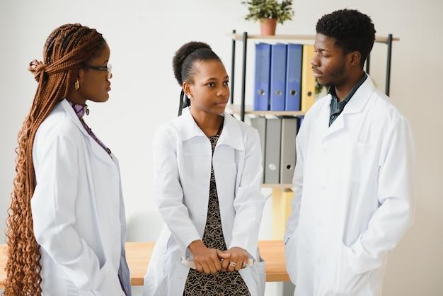 Lekarz ogólny, lekarz i pielęgniarka jako afroamerykański zespół medyczny w szpitalu