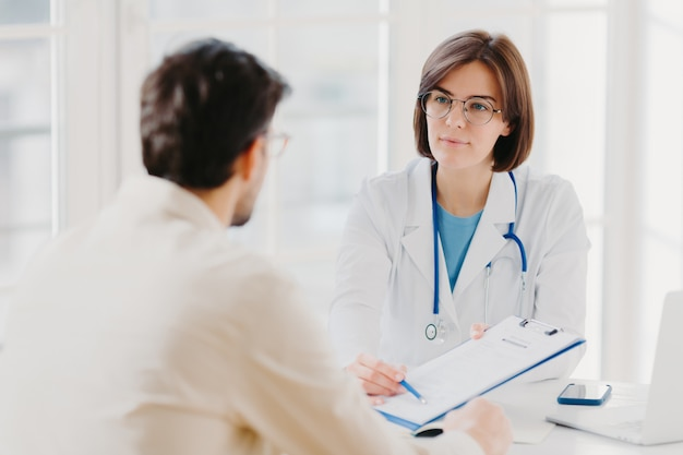 Lekarz ogólny wyjaśnia, który przepisany pacjent powinien kupić, udziela konsultacji lekarskiej.