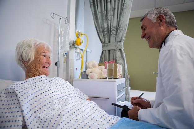 Lekarz omawia raport medyczny ze starszym pacjentem