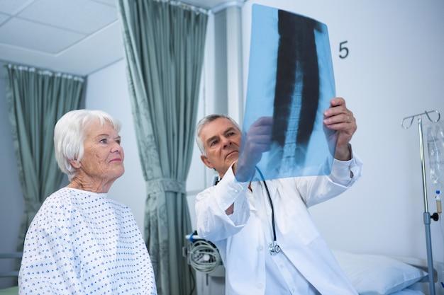 Lekarz omawia raport rentgenowski ze starszym pacjentem