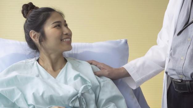 Lekarz opiekuje się pacjentem w szpitalu lub klinice medycznej. pojęcie opieki zdrowotnej.