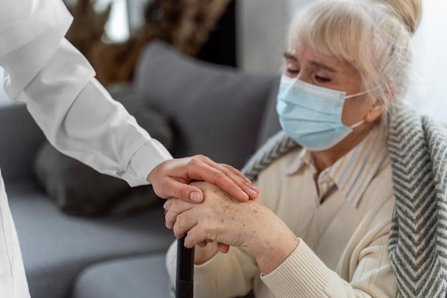 Lekarz opiekuje się starszą kobietą