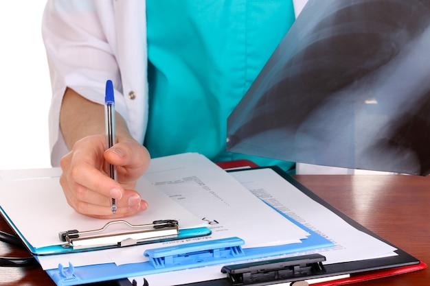 Lekarz opisuje pacjenta z radiogramem na białym tle