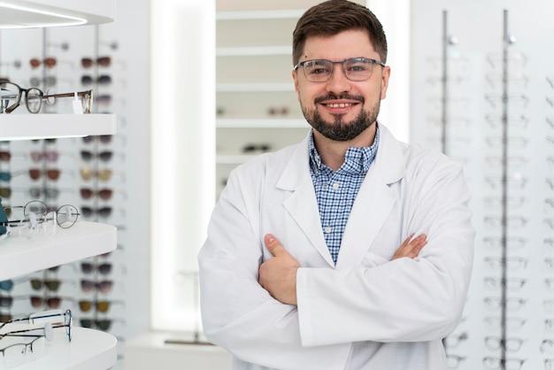 Lekarz optyczny w sklepie