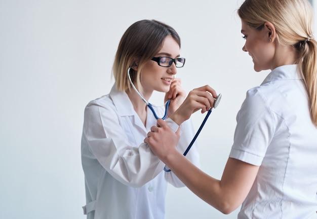 Lekarz pacjenta badanie opieki zdrowotnej na białym tle