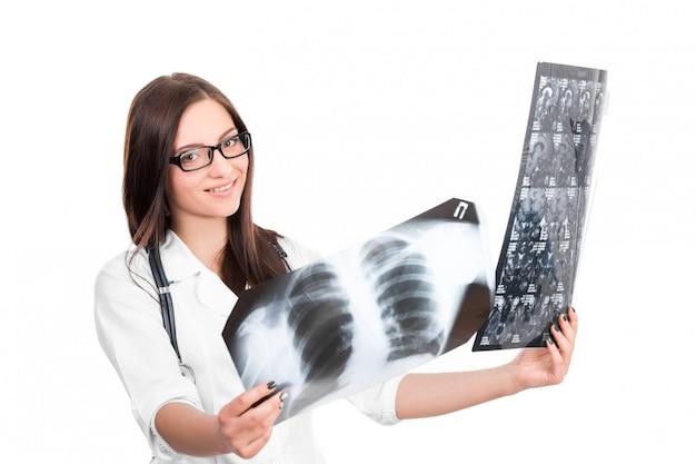 Lekarz patrząc na zdjęcie rentgenowskie