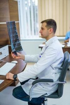 Lekarz patrzący na zdjęcie rentgenowskie