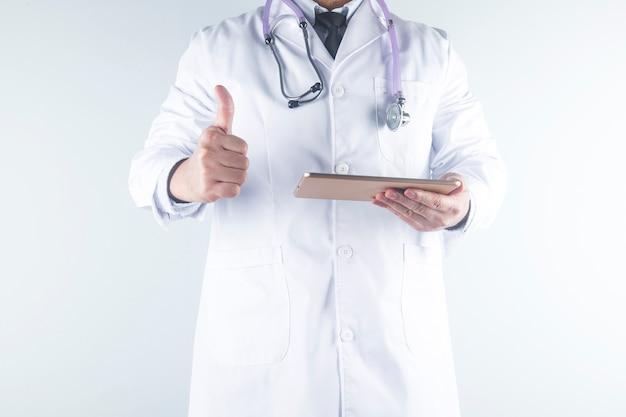 Lekarz patrzy na raport pacjenta