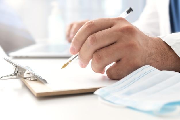 Lekarz piszący pokwitowanie lekarskie. koncepcja konsultacji lekarza