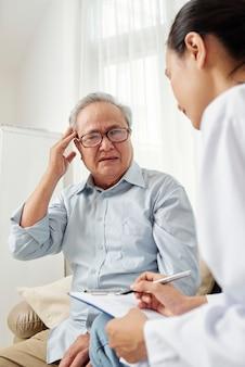 Lekarz pisze leczenie dla pacjenta