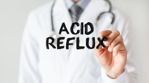 Lekarz pisze słowo acid reflux z markerem, pojęcie medyczne