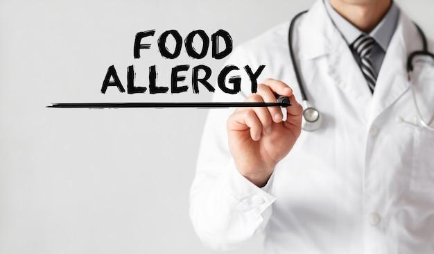 Lekarz pisze słowo alergia pokarmowa markerem, pojęcie medyczne