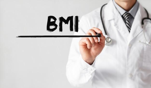 Lekarz pisze słowo bmi markerem
