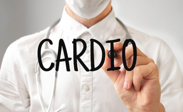 Lekarz pisze słowo cardio z markerem, pojęcie medyczne