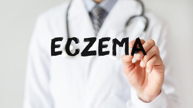 Lekarz pisze słowo eczema markerem