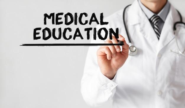 Lekarz pisze słowo edukacja medyczna markerem, pojęcie medyczne