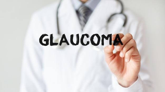 Lekarz pisze słowo glaucoma z markerem, pojęcie medyczne