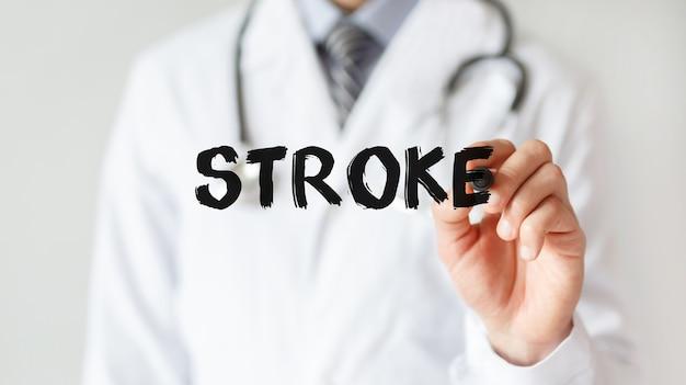 Lekarz pisze słowo stroke markerem, pojęcie medyczne