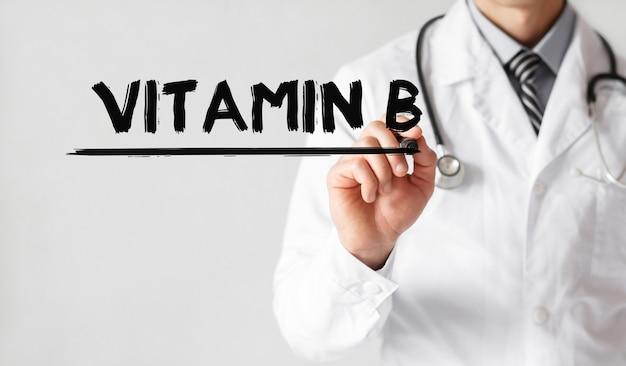Lekarz pisze słowo witamina b z markerem, pojęcie medyczne