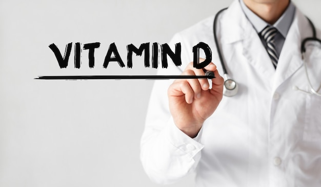 Lekarz pisze słowo witamina d markerem, pojęcie medyczne