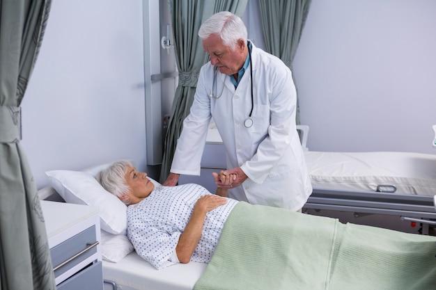 Lekarz pociesza starszego pacjenta