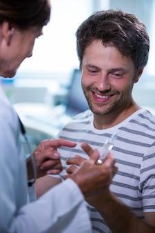 Lekarz pokazano iniekcji dla pacjenta