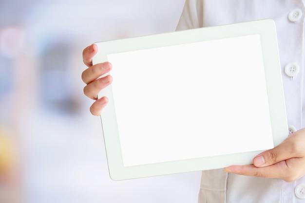 Lekarz pokazuje cyfrowy tablet z pustego ekranu w szpitalu. koncepcja technologii medycznej.