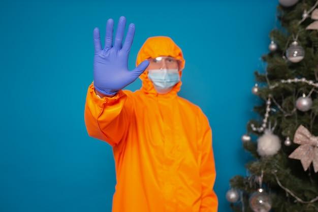 Lekarz pokazuje gest zatrzymania rozprzestrzeniania się koronawirusa