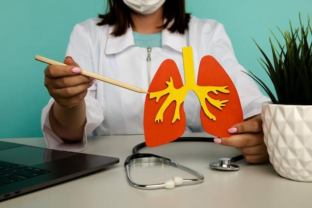 Lekarz pokazuje model płuc, pojęcie to znaczenie wczesnej diagnostyki tematu opieki zdrowotnej