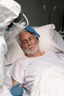 Lekarz pomaga starszemu mężczyźnie w szpitalu
