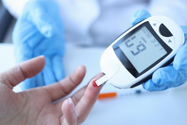 Lekarz pomiaru stężenia glukozy we krwi pacjentów z zbliżenie glukometr. diagnoza koncepcji cukrzycy